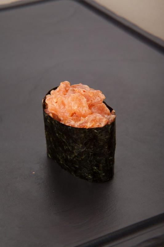 Спайс гункан лосось