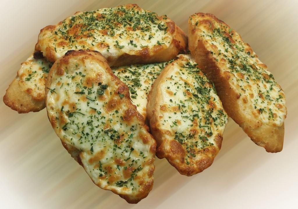 Чесночный хлеб с сыром и помидорами