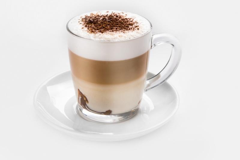 Кофе Мокко с тертым шоколадом на тарелке