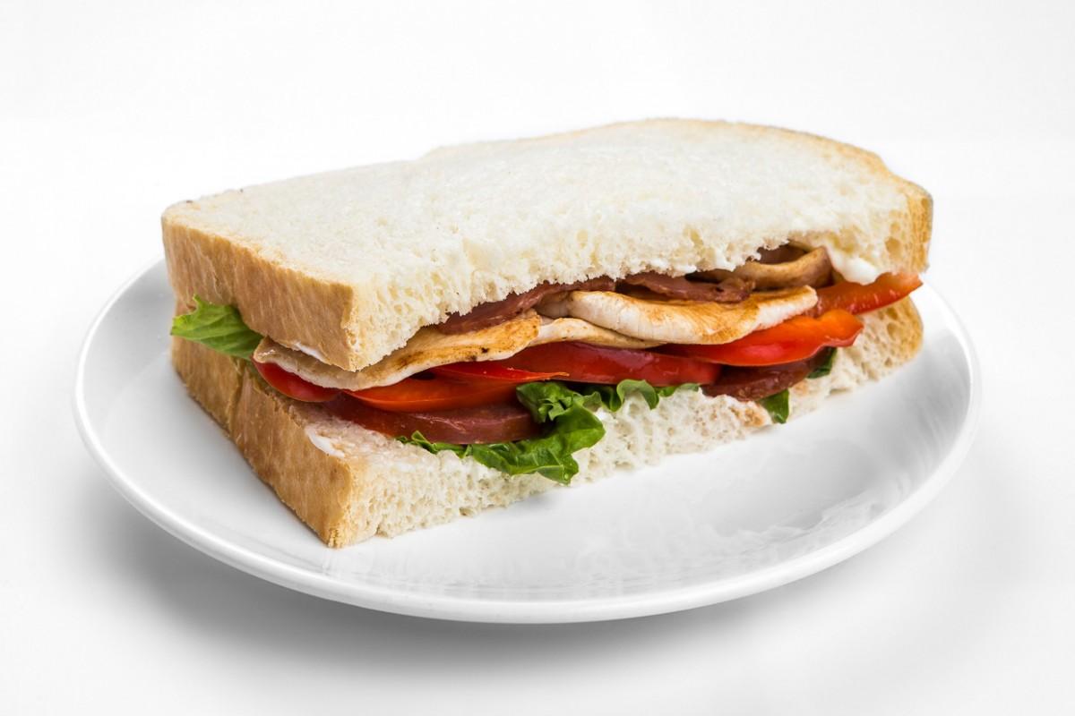 Курица с беконом сэндвич
