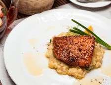 Запеченное филе лосося с картофелем краше, зеленым луком и цедрой лимона