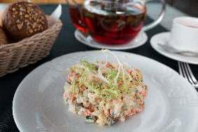 Салат оливье с куриной грудкой,  свежим огурцом,  заправленный сметаной