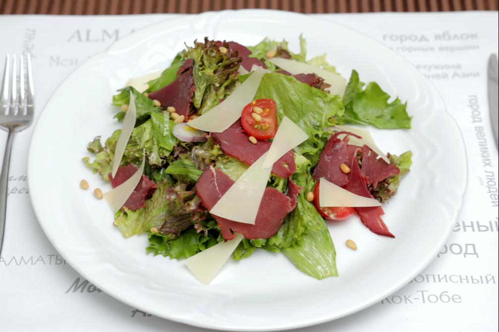 Теплый салат с вяленой телятиной, обжаренным картофелем  и сыром пармезан