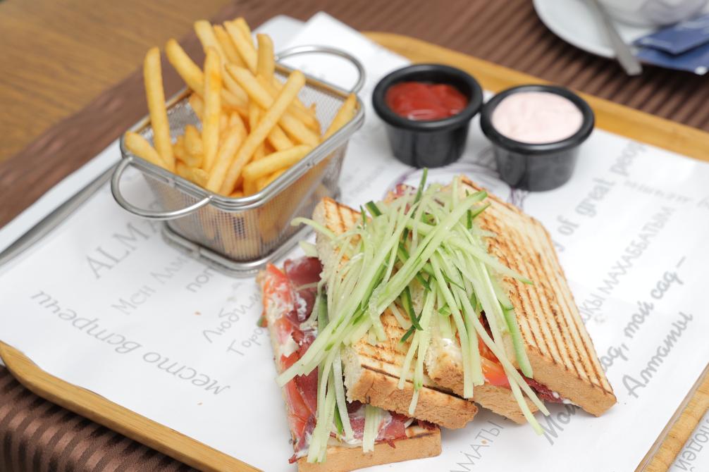 Сэндвич из лукового хлеба с говяжьм ростбифом и свежими помидорами