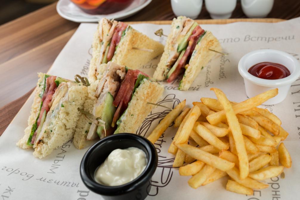 Сэндвич с куриной грудкой терияки и свежими овощами