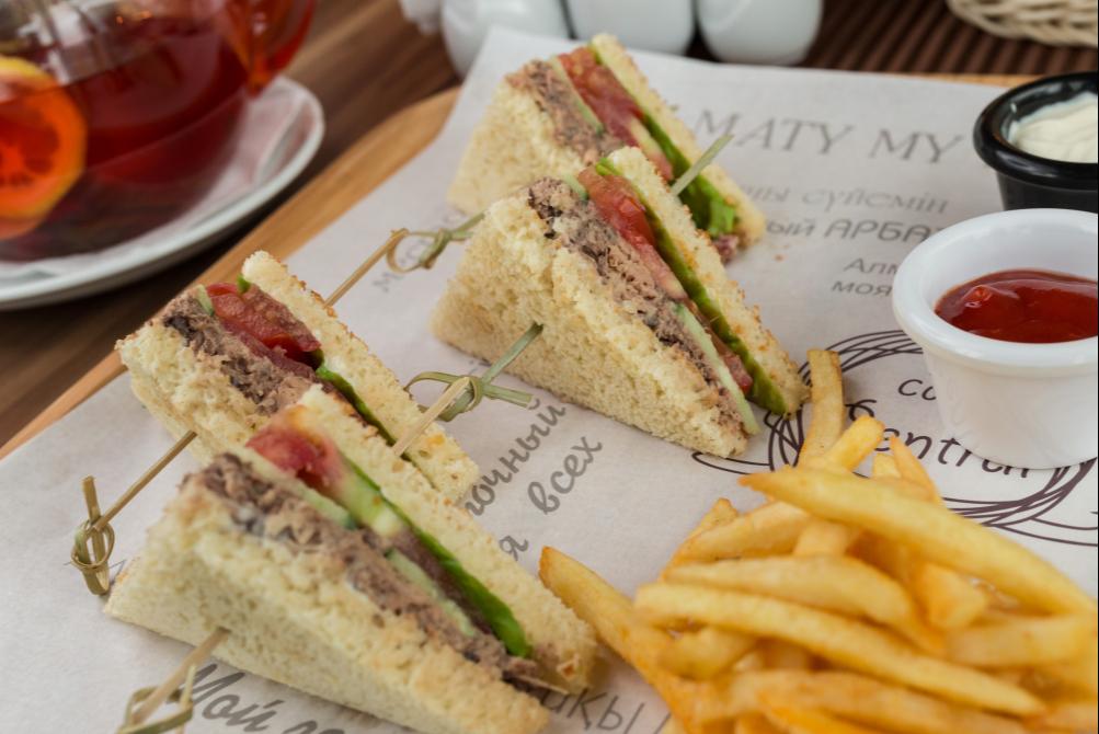 Сэндвич с тунцом и свежими овощами
