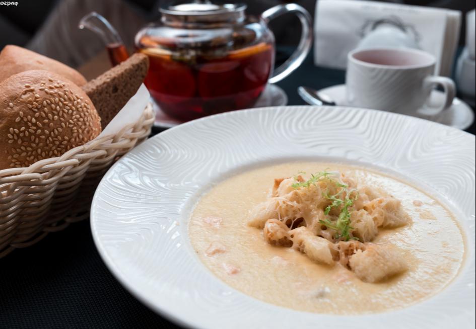 Чесночный суп с лососем и сыром Гауда
