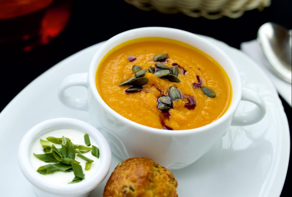 Суп-крем из молодой тыквы с тыквенным маслом и маффином с филе курицы