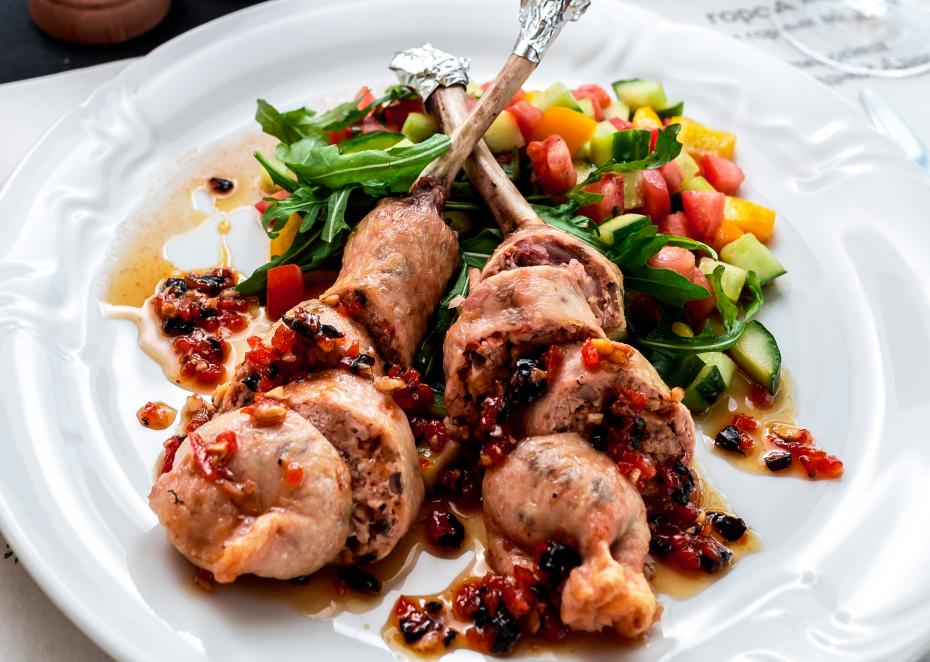 Голень цыпленка фаршированная грибами, сыром, свежими томатами и с медовым соусом