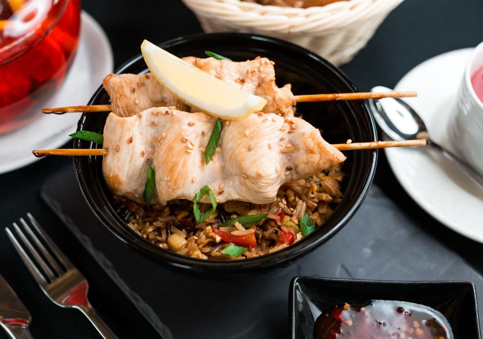 Шашлычки из курицы с соусом  Свит-чили и восточным рисом