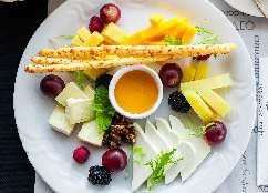 Сырное ассорти с медом, виноградом и гриссини