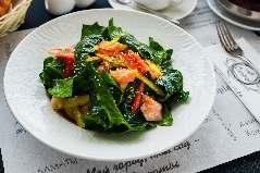Салат из свежего шпината и слабосоленого лосося с картофелем