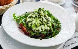 Салат из свежих помидор и сыра Бурата с карамельным бальзамиком