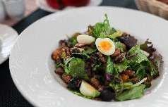 Салат с мясом черных мидий,  перепелиным яйцом и  микс зеленью