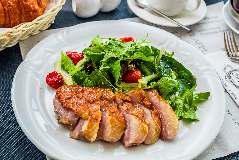Теплый салат с утиной грудкой и вялеными томатами