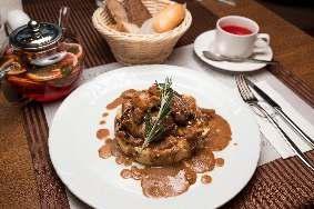 Жареное филе телятины с белыми грибами в сливочном соусе