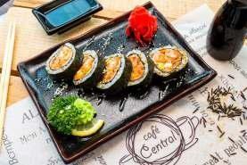 Ролл с запеченным лососем, авокадо, сливочным сыром с начинкой из креветок темпура