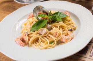 Спагетти с морепродуктами на основе сливочного или томатного соуса на выбор