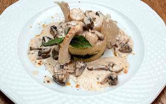 Морские гребешки с белыми грибами и шампиньонами под сливочным соусом на картофельном пюре