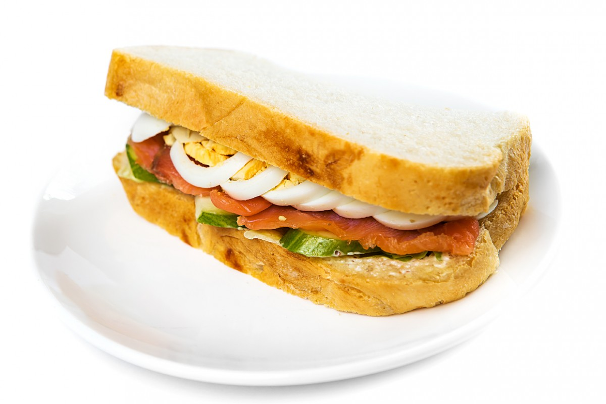 Лосось со свежим огурцом сэндвич